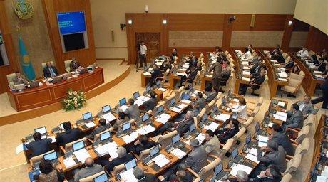 парламент Казахстана поднял пенсионный возраст