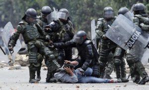 Столкновения протестующих с полицией во время демонстрации фермеров в Убате 26 августа 2013 года.