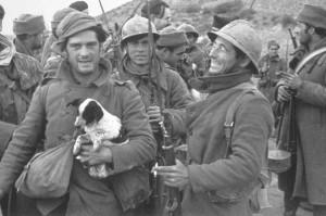 Джордж Оруэлл позирует с щенком