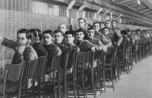 Военные телефонисты Центральной телефонной станции после её занятия. 25 октября 1917