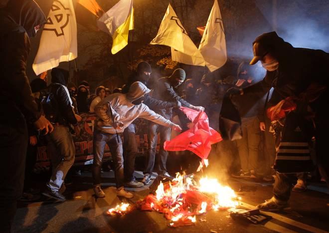 «Патриоты» жгут красные флаги, в то время как над их рядами развеваются флаги White power; практически на каждом фото с акции протестантов легко можно найти ультраправые символы. Национал-социалисты из Вотан Югенд описали опыт, который они приобрели из этого протеста: «Протест без ярко выраженных лидеров. То, что сейчас происходит в Киеве – это урок, урок для всех, кто с нетерпением ищет информацию о том, что сейчас происходит на Украине, истекая слюной зависти прямо на клавиатуру».