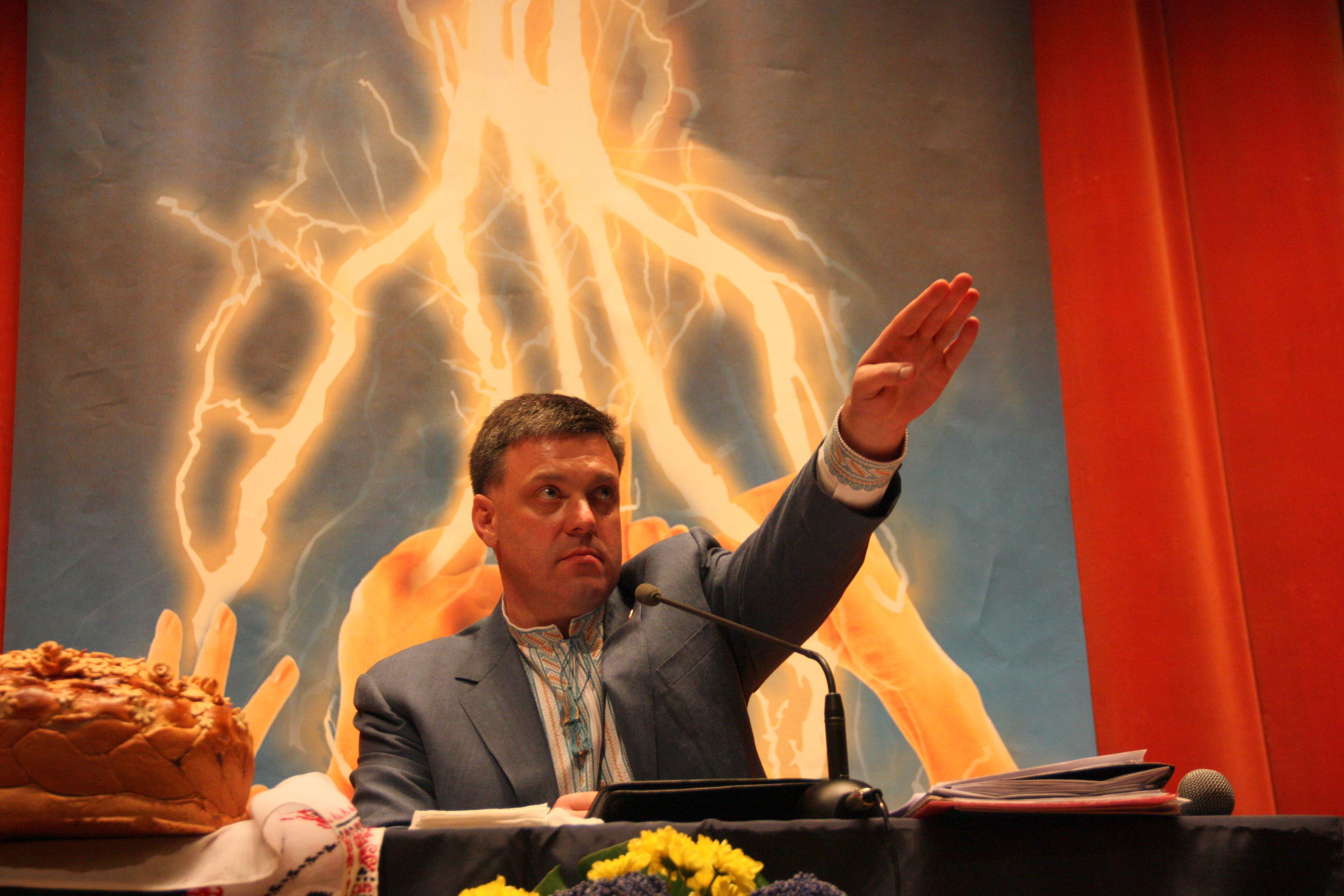 Это Олег Тягнибок, заявлявший, что «Московско-жидовская мафия» правит Украиной и что «немцы, жиды и другие отбросы» хотят «забрать у нас нашу Украину». Он – один из лидеров протестов Евромайдана, который наряду с Виталием Кличко участвовал в переговорах с Президентом Януковичем.
