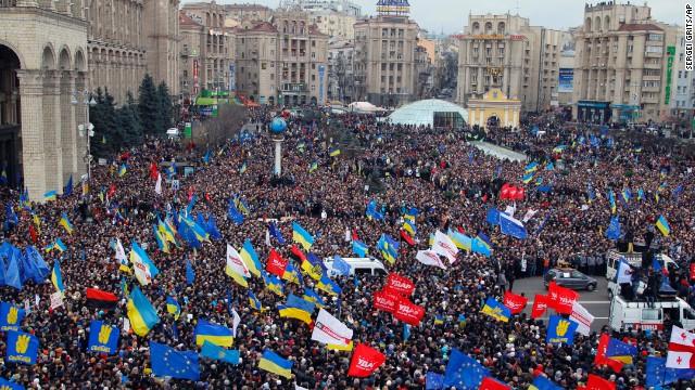 Типичное фото украинской протестующей толпы, Свобода и их последователи отчетливо видны на кадре. Черно-красные флаги представляют нацистских коллаборантов Украинской Повстанческой Армии.