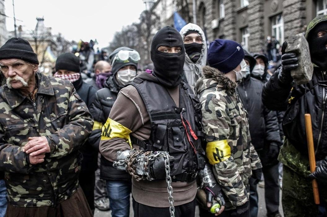 Здесь мы видим отряд вооруженных Патриотов Украины в эпицентре протеста