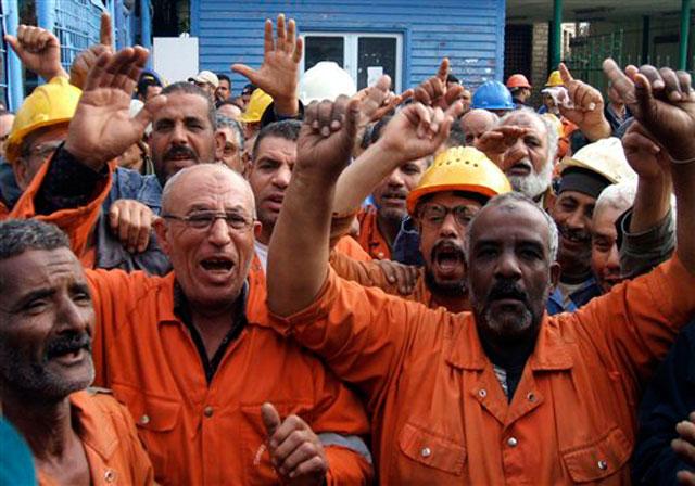 Работники Суэцкого канала забастовали в феврале 2011 года,  требуя отставки директора компании (адмирала), увеличения оплаты труда и социального равенства. Волна забастовок египетских рабочих сокрушила власть  Мубарака. (Фото: AP)