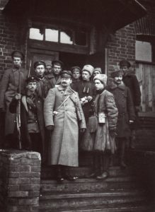 1919 г.,Л.Д. Троцкий со своей охраной.Справа-И.Э. Якир