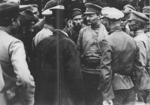 1919 г.,Л.Д. Троцкий среди красноармейцев