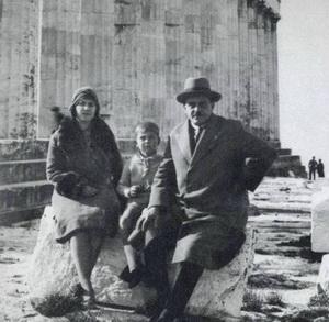 Микис с родителями