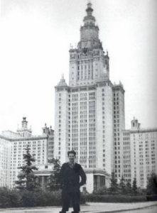 Теодоракис на фоне МГУ