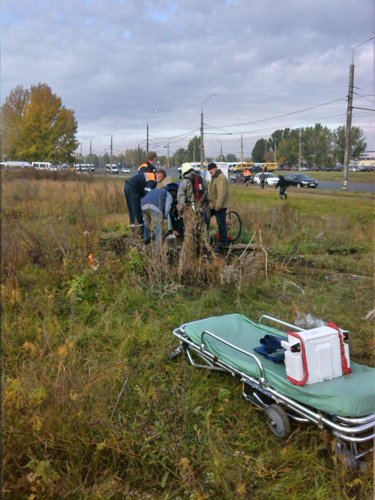 Фотография от свидетеля, с попавшими кадр спасателями. На ней прекрасно видно отсутствие какой либо вытяжки.