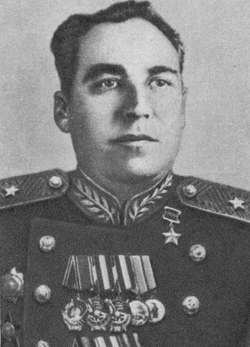 Заместитель командующего Северо-Кавказским военным округом генерал-лейтенант Матвей Шапошников отказался бросить против безоружных демонстрантов танки.
