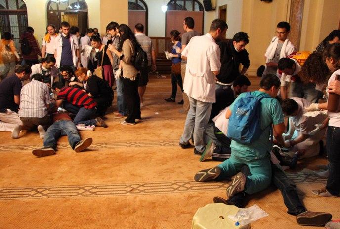 Мечеть в Гези, июнь 2013 г. Медики оказывают первую помощь пострадавшим.