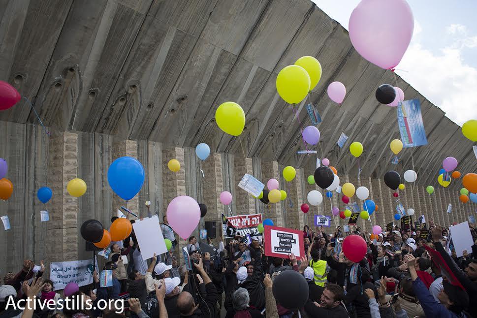 Палестинские и израильские демонстранты выпустили сотни воздушных шаров по случаю Международного женского дня во время марша протеста против оккупации Бейт-Джала. 4 марта 2016 года.